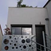 Entrée en étage de la maison Tube à Suresnes