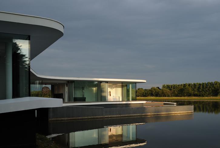 White Snake House - Pierre Minassian architecte - Posée sur l'eau