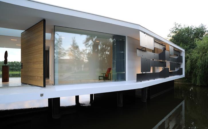 White Snake House – Pierre Minassian architecte – Entre transparence et reflets
