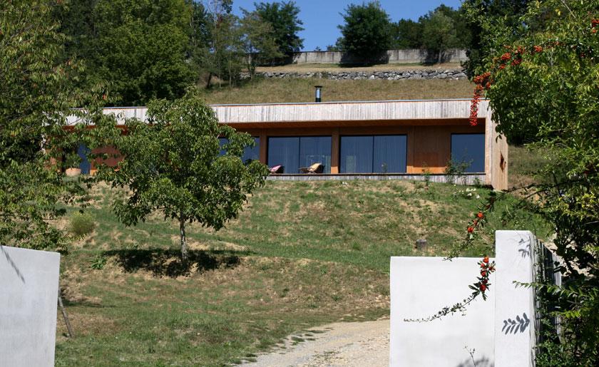 Maison en ossature bois ancr e la pente prax architectes for Plan maison en pente