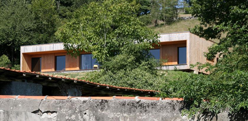 Prax architectes - Maison P3 accrochée au terrain