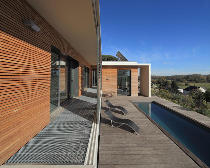 AAGB - Terrasse couverte et piscine intégrée.